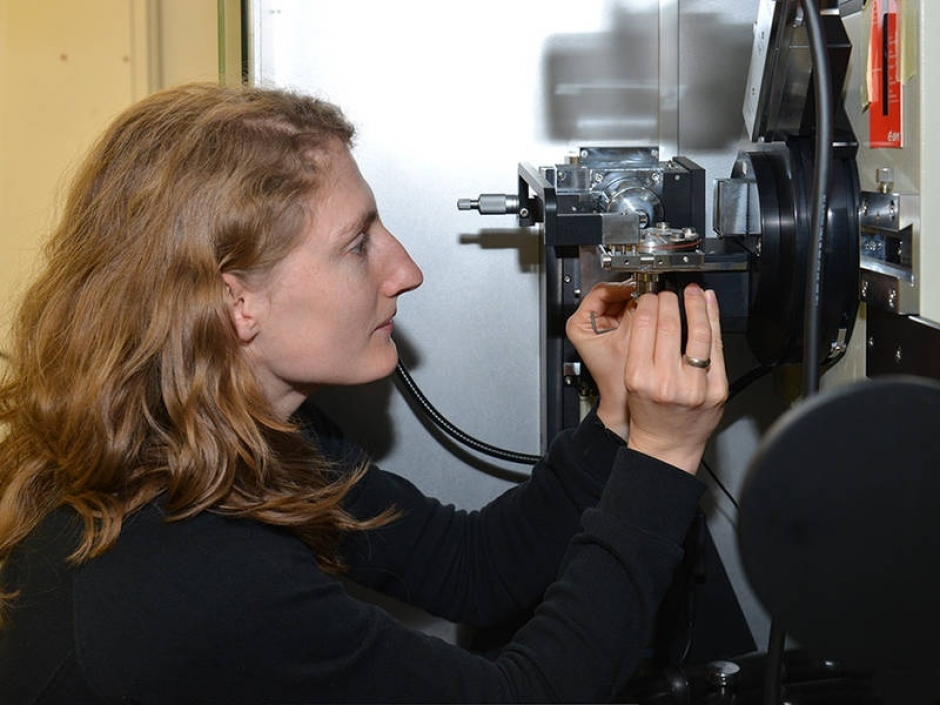Irmgard Buchberger at the X-ray diffractometer – Photo: Andreas Battenberg / TUM