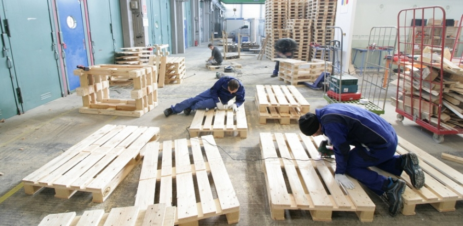Refugees in Munich: Turning Pallets into Furniture