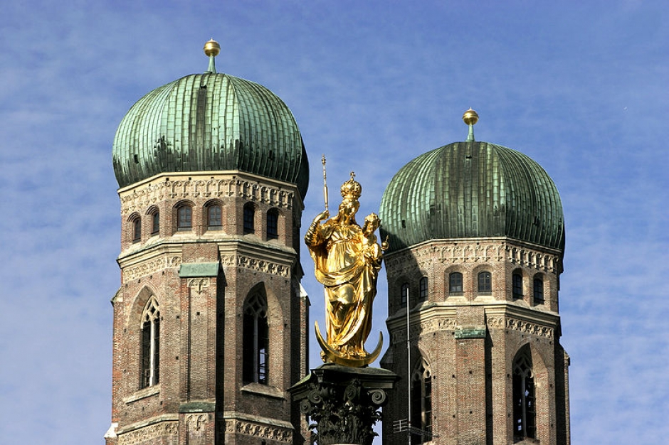 Munich – Maria column in the Marienplatz and the towers of the Frauenkirche