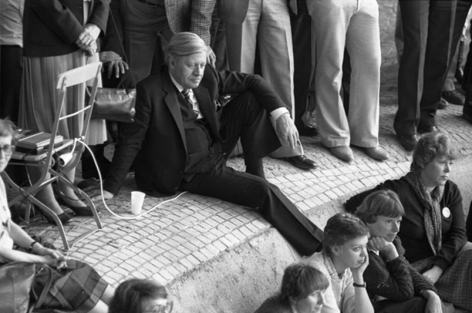 Helmut Schmidt resting in Munich during a SPD party convention