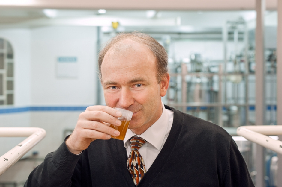 Professor Thomas Becker testing the properties of a fresh brew in the TUM research brewery.